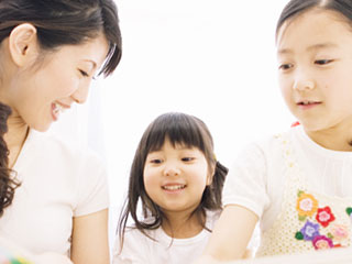 お母さんと姉妹が笑顔で会話