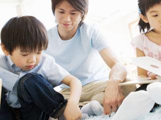 子供達に教える父親