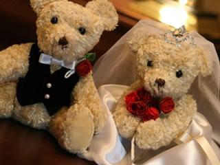 結婚式を上げた幸せそうなクマのカップル