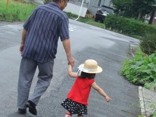 孫と散歩して幸せそうなおじいちゃん