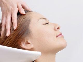 美容院で洗髪中の女性