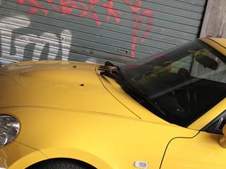 黄色のおしゃれな車とガレージ