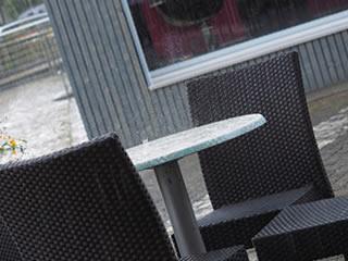 突然の雨に襲われた披露宴中のカフェ
