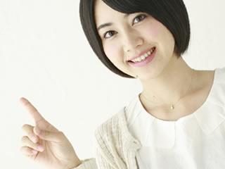 慰謝料の請求方法と注意点を教えてくれる女性