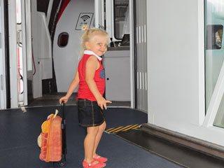 飛行機搭乗口の前に立つ女性