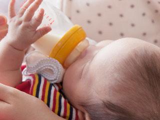 哺乳瓶の乳首を咥える赤ちゃん