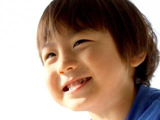 笑顔が爽やかな夫婦別姓の家庭で生まれた子供