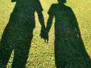 手を繋ぎ幸せを感じている夫婦