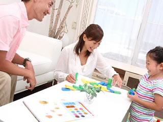 食後に子供と遊ぶ家族団らんを大切にする家庭