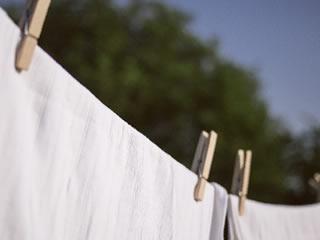 晴天に天日干しされる真っ白いカーテン