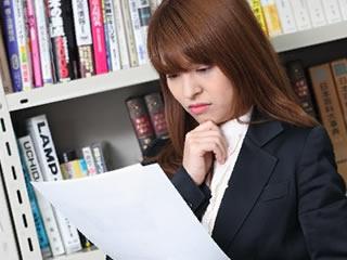 離婚の依頼案件をみて考えこむ弁護士