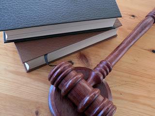 離婚裁判で使われるハンマーと書籍