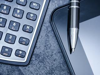 離婚の慰謝料の計算に使う電卓とペン