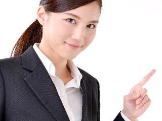 離婚の際に弁護士を立てるかどうか案内する女性