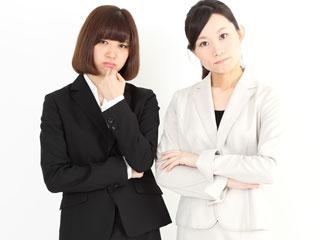腕組みする職場の女性達