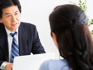 上司の男性と話し合う女性