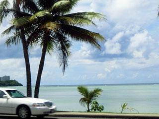 グアムの海外通りを走る車