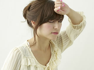 離婚後の養育費に頭を悩ます女性