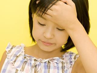 学校で辛いことがあり考え事をしている子供