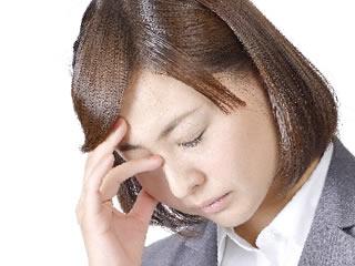 目頭を抑えて再婚後の養育費を考える女性