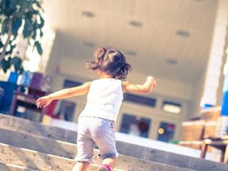 元気に階段を駆け上がる再婚相手の子供