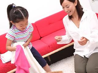 親子で洗濯物をたたむ教育熱心な家庭