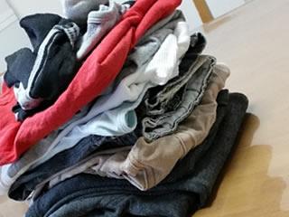 Tシャツなどたたまれた薄目の洗濯物