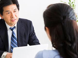 上司の男性に相談する女性