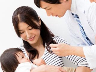 医師の診察を受ける赤ちゃん