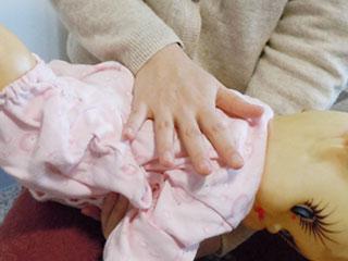 赤ちゃんの背中を叩く