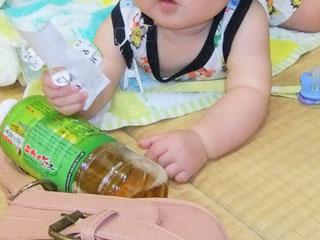 赤ちゃんの周りに散らばる物