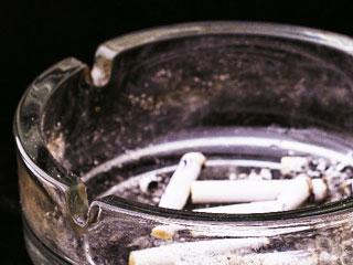 灰皿の中の吸殻