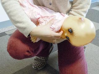 赤ちゃんの口に指を入れる