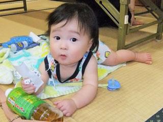 畳みの上で遊ぶ赤ちゃん