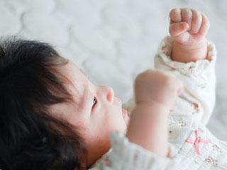 両腕を上げる赤ちゃん