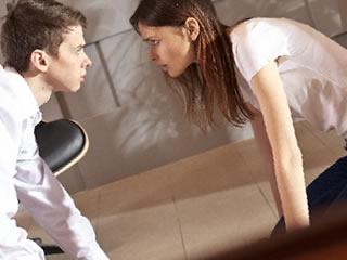 睨みある離婚協議中の夫婦