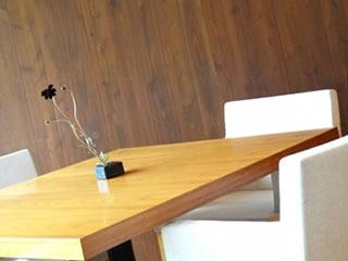 これから話し合いが持たれるテーブルとソファー