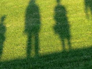 義両親と離婚について話し合う夫婦の影