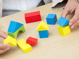 財産分与の形を表現する積み木