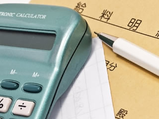 給料袋と家計簿の計算に使われる電卓