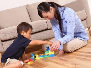 お金を貯めるため家の中で遊ぶ親子