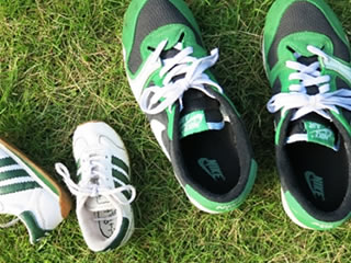 息子と芝生でサッカーをした後の汚れた靴