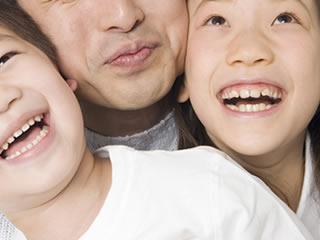 2人の子供と仲良く暮らすシングルファザー