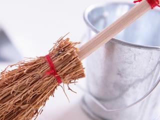 掃除に使われるホウキとバケツ