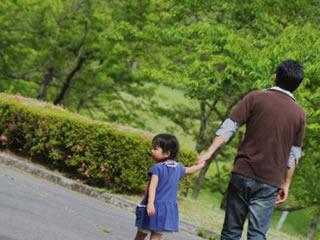 子供と公園で遊ぶ別居中の夫