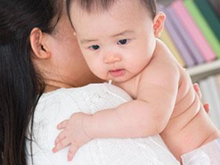 赤ちゃんを抱っこして背中を叩く