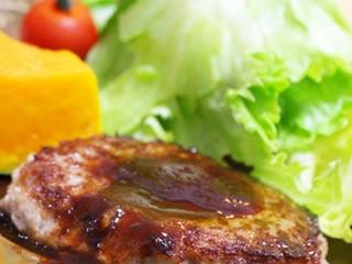 節約レシピで作られた栄養満点のハンバーグ