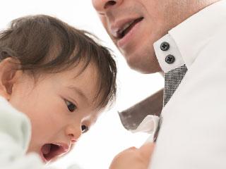抱っこした父親を嫌がる赤ちゃん