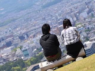 都会の風景を見る再婚同時のカップル
