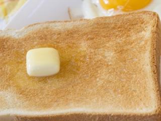 朝食のトーストに乗ったマーガリン